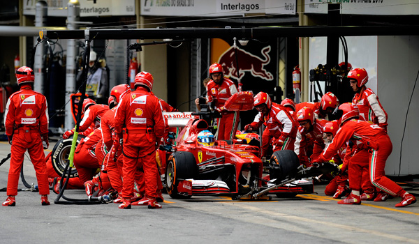 Alonso, durante un pitstop.